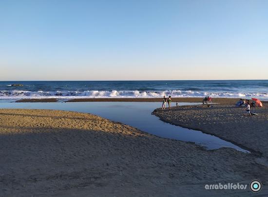 Olas en La Playa de La Cala del Moral frente a Gris Marengo