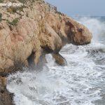 Olas en las rocas de La Cala del Moral