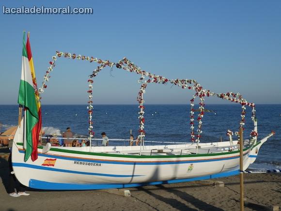 """Jabega """"La Cala"""" engalanada para pasear la Virgen del Carmen por la playa"""