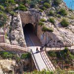 Vista de la entrada al Túnel de El Cantal con el Paseo bordeando el acantilado