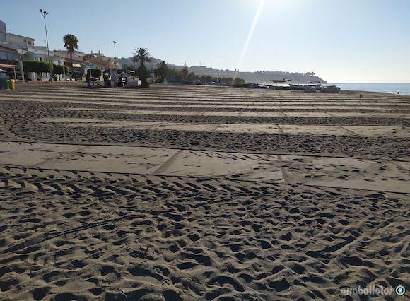 Franjas señalando las Playas de La Cala para mantener la distancia de seguridad por el Coronavirus
