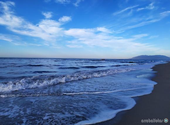 Playa La Cala del Mora frente al Restaurante Gris Marengo y El Espigón de La Cala