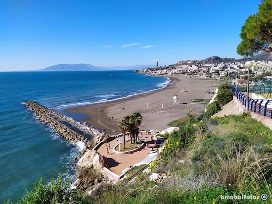 Playa de La Cala del Moral en la zona de Calaflores, junto a El Cantal