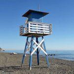 Puesto de los Vigilantes de la Playa de La Cala del Moral pintado en Azul y Balnco