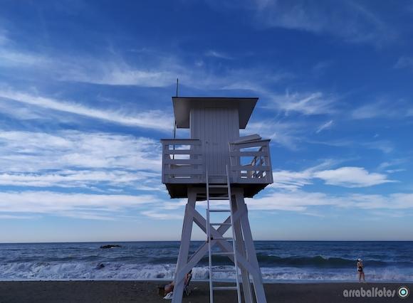 Puesto de los Vigilantes de la Playa de La Cala del Moral pintado en Blanco