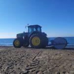 Tractor para señalización de la playa para marcar las distancias en verano de 2020 durante la crisis del Coronavirus