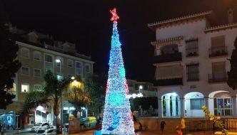 Arbol de Navidad en la Plaza Gloria Fuertes de La Cala del Moral