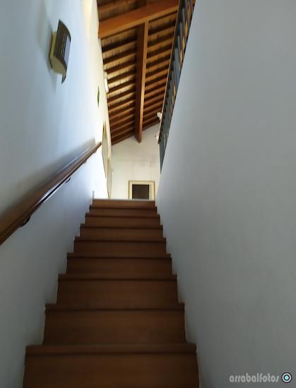 Escaleras de subida a la Planta alta de la Sala de Exposiciones Mare Nostrum en la Playa de La Cala del Moral