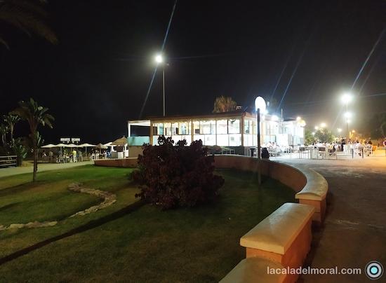 Terraza del Restaurante Avante Claro en La Cala del Moral desde el Paseo Marítimo Blas infante