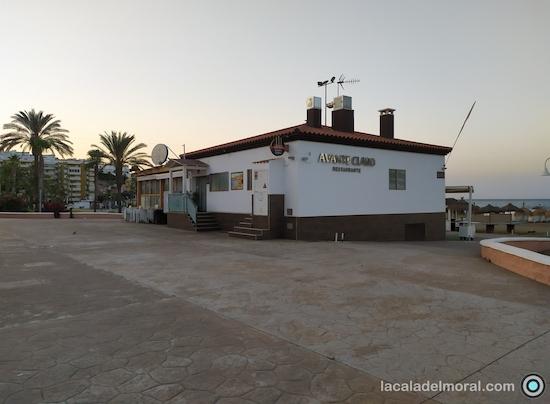 Vista del Restaurante Avante Claro en La Cala del Moral desde el Paseo Marítimo Blas infante