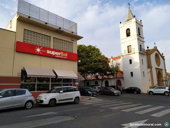 Vista del antiguo Supersol junto a la Iglesia de La Cala del Moral